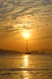 Navegación del velero en la puesta del sol Imagen de archivo