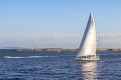 Navegación del velero por la tarde fotografía de archivo libre de regalías