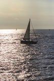 Navegación del velero por la tarde imagenes de archivo