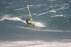Navegación del Windsurfer en el mar imagen de archivo libre de regalías