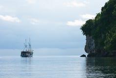 Navegación del yate al lado de la isla rocosa Imagen de archivo libre de regalías