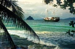 Navegación del yate en bahía del paraíso Imágenes de archivo libres de regalías