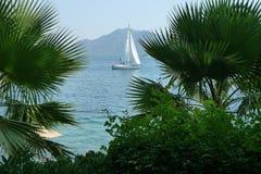 Navegación del yate en el mar azul Imagen de archivo libre de regalías