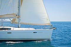 Navegación del yate en el mar azul fotos de archivo libres de regalías