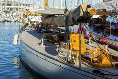 Navegación del yate en el mar azul Fotografía de archivo