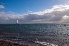 Navegación del yate en el mar azul Imagenes de archivo