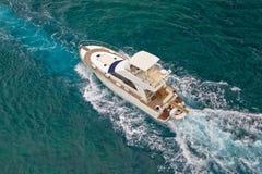 Navegación del yate en la opinión aérea del mar Imagenes de archivo