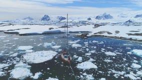 Navegación del yate en tiro de seguimiento aéreo el Océano ártico almacen de metraje de vídeo