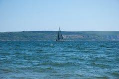Navegación del yate a lo largo de la costa de Inglaterra fotografía de archivo libre de regalías