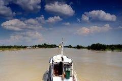 Navegación en el canal de un delta Fotografía de archivo