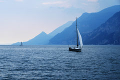 Navegación en el lago Garda Imágenes de archivo libres de regalías