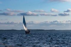 Navegación en el lago Lago Polosh en Masuria fotografía de archivo