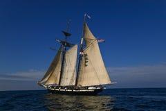 Navegación en el mar bajo la vela llena foto de archivo libre de regalías