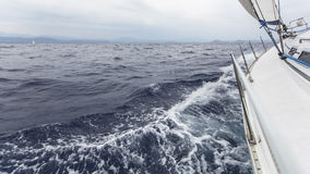 Navegación en el mar en clima tempestuoso Fotografía de archivo