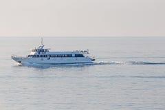 Navegación en el mar en la salida del sol Imágenes de archivo libres de regalías