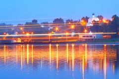Navegación en el río en la noche Fotos de archivo libres de regalías