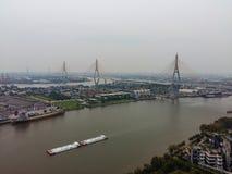 Navegación en el río, logística del buque de carga de la visión superior Fotos de archivo