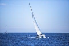 Navegación en el viento a través de las ondas en el Mar Egeo en Grecia Imagenes de archivo