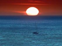 Navegación en la puesta del sol Fotos de archivo libres de regalías
