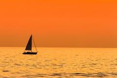 Navegación en la puesta del sol Imágenes de archivo libres de regalías