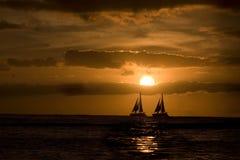 Navegación en la puesta del sol. Imagen de archivo libre de regalías