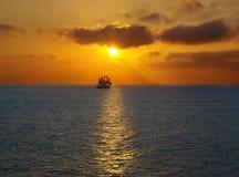 Navegación en la puesta del sol del mar Fotografía de archivo
