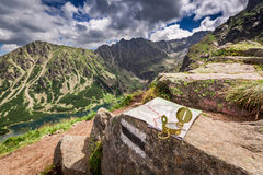 Navegación en las montañas de Tatra con el mapa del nad del compás, Polonia foto de archivo libre de regalías