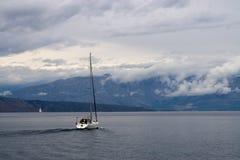 Navegación en llover día Imagenes de archivo