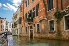 Navegación en los canales de Venecia Fotografía de archivo libre de regalías
