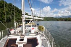 Navegación en Rio Dulce - Guatemala fotos de archivo