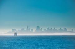 Navegación en San Francisco Bay Fotografía de archivo libre de regalías
