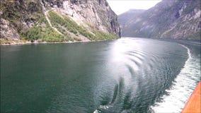 Navegación en un fiordo noruego metrajes