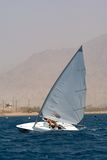 Navegación en un pequeño barco de vela Fotografía de archivo