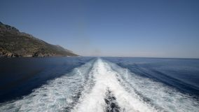 Navegación en un transbordador en aguas tranquilas almacen de video
