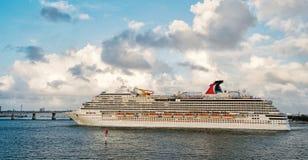 Navegación grande del trazador de líneas del barco de cruceros de Miami fotos de archivo libres de regalías