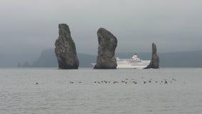 Navegación japonesa del Pacífico Venus del trazador de líneas de la travesía cerca de las islas rocosas en el Océano Pacífico almacen de video