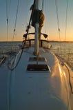Navegación lejos de la puesta del sol foto de archivo