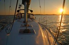 Navegación lejos de la puesta del sol imagenes de archivo