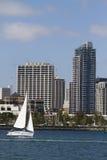 Navegación a lo largo de la línea de costa en San Diego Foto de archivo libre de regalías