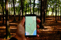 Navegación móvil en parque imagen de archivo