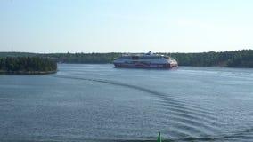 Navegación marina grande del transbordador a través de los conductos Norstrom en el mar Báltico almacen de video