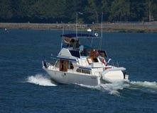 Navegación moderna del yate en el mar Imágenes de archivo libres de regalías