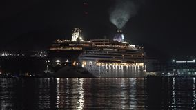 Navegación reversa de la joya noruega del trazador de líneas de la travesía del pasajero en puerto marítimo en la noche oscura metrajes