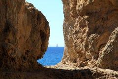Navegación sobre el Océano Atlántico a lo largo del Algarve imagen de archivo libre de regalías