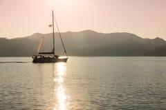 Navegación sola del yate en el mar silencioso Isla de Aegina, Grecia Foto de archivo