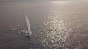 Navegación sola del yate del mar en ondas de agua mientras que opinión aérea de la travesía del verano almacen de video