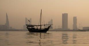 Navegación tradicional del barco de pesca de Bahrein en el mar con m hermoso Foto de archivo