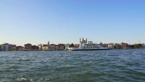 Navegación turística de la nave a lo largo del terraplén con las atracciones en Venecia, transporte metrajes