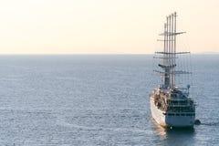 Navegaci?n de lujo de la nave del revestimiento marino de la traves?a del puerto en la salida del sol, puesta del sol, bah?a de I imagen de archivo