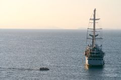 Navegaci?n de lujo de la nave del revestimiento marino de la traves?a del puerto en la salida del sol, puesta del sol, bah?a de I imágenes de archivo libres de regalías